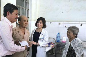 Báo Nhân Dân trao thêm 100 phần quà cho dân nghèo tỉnh Cà Mau