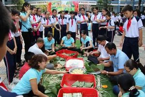 Những món quà Tết đầy nghĩa tình của nhà trường tặng học sinh nghèo