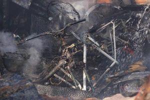 Cháy nhà kho ngày 29 Tết, xe máy, thiết bị xây dựng thành tro
