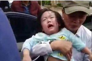 Giải cứu 2 bé gái mặc kẹt trong xe ô tô