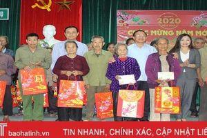 Quà tết đến kịp thời, gia đình chính sách, hộ nghèo ở Vũ Quang đón xuân đầm ấm, an vui