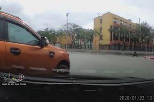 Tài xế xe bán tải liên tục chặn đầu ô tô trên đường