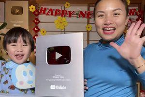 Bé Sa 'đập hộp' Nút Bạc YouTube đầu tiên, phấn khích hô to 'cảm ơn cô chú'