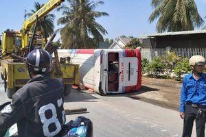 Tông dải phân cách, xe khách 'phơi bụng' trên QL1A qua Tiền Giang