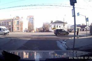 Hai ô tô tông nhau, người đi bộ thoát chết trong gang tấc