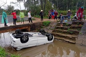 Ô tô mới mua lật xuống mương chiều 30 Tết, người dân xôn xao tìm cách cứu các nạn nhân