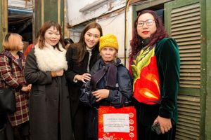 Á hậu Tường San tặng quà cho người cao tuổi cô đơn tại Hà Nội