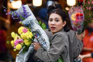 Mua hoa hồng, cúc giá rẻ, nhặt lay ơn bỏ đi ngày 30 Tết