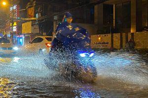 Người Hà Nội đội mưa thông cống tối 30 Tết