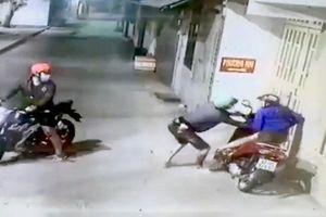 Kẻ cướp xô bé gái, lấy chiếc xe máy