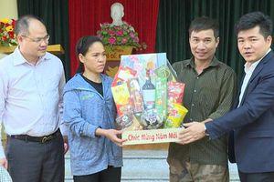Lãnh đạo huyện Phú Xuyên thăm, chúc Tết gia đình có hoàn cảnh khó khăn