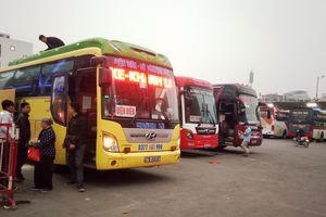 Những cảnh tượng hiếm thấy trong bến xe ở Hà Nội ngày 30 Tết