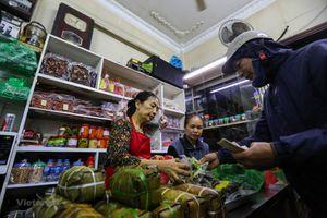 Người Hà Nội xếp hàng từ 5 giờ sáng 30 Tết mua bánh chưng nổi tiếng