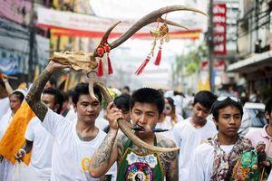 'Sởn gai ốc' xem Lễ hội xiên mình ở Thái Lan