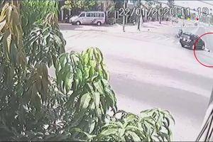 Xe ô tô vào cua thiếu quan sát đâm tử vong người đi bộ sang đường