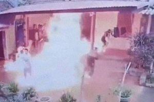 Con rế tưới xăng đốt nhà bố mẹ vợ chiều 28 Tết