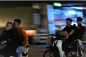 Thanh niên đầu trần phóng xe máy đi chơi đêm giao thừa