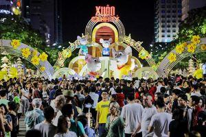TP Hồ Chí Minh: Người dân xuống đường đón năm mới Canh Tý 2020