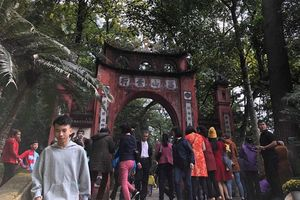 Người dân nườm nượp đi lễ đền Hùng ngày đầu năm