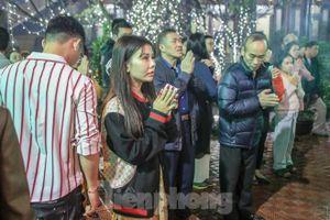 Người dân Thủ đô xô đến chùa ngay sau khoảnh khắc giao thừa