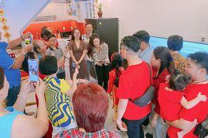 Hình ảnh Hoa hậu Khánh Vân lì xì đại gia đình khiến fans thích thú