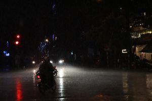 Hà Nội đón cơn mưa lớn đêm 30 Tết, miền Bắc rét đậm, có nơi băng giá
