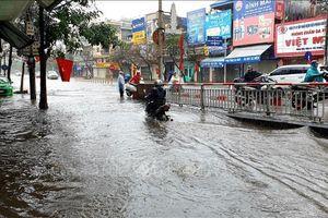 Mưa lớn ngày đầu năm, đường phố thành Nam ngập sâu