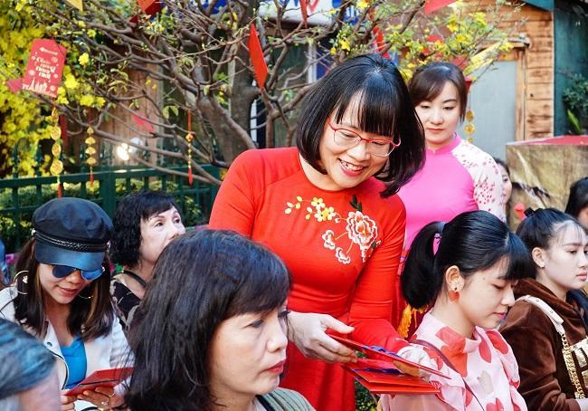 Hàng nghìn du khách xuất hành trong ngày mùng 1 Tết tại TP Hồ Chí Minh