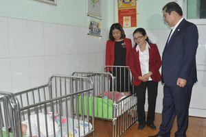 Đêm giao thừa, lãnh đạo thành phố Đà Nẵng tặng quà cho trẻ mồ côi