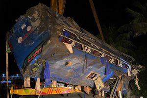 Xe chở 46 khách lao xuống ruộng, 17 người bị thương