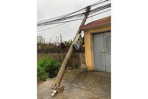 Hàng chục cột điện bị ngã đổ do mưa to, gió lớn