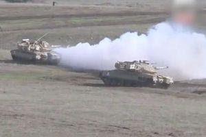 Xe tăng hiện đại Israel diễn tập bắn đạn thật và sử dụng màn khói