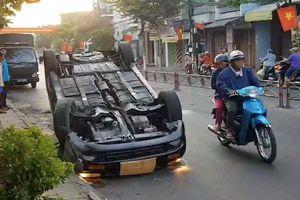 Ôtô lật ngửa trên phố ngày mùng 3 Tết