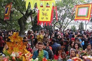 Hàng nghìn người nô nức tới lễ Phủ Tây Hồ đầu năm