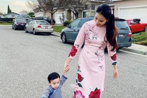 Hoa hậu Phạm Hương khoe ảnh diện áo dài du xuân cùng con trai cưng, gây chú ý nhất lại là xế hộp màu hồng 'xịn mịn' phía sau