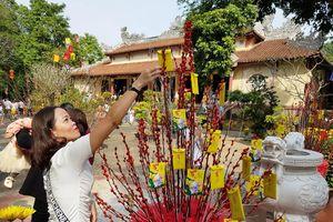 Đi viếng mộ và lễ chùa đầu năm là một nét đẹp truyền thống của người dân Huế