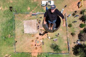 Người đàn ông sống trong thùng chơi vơi trên cao suốt hơn 2 tháng
