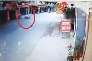 Lạnh người với clip ghi lại cảnh người đàn ông đi xe máy tốc độ cao tự gây tai nạn