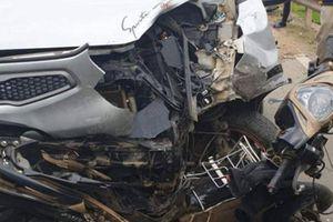 Xe máy đấu đầu 'xế hộp' chiều mùng 3 Tết, 2 người bị thương nặng