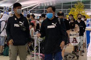 Hàng đoàn người đeo khẩu trang, cảnh chưa từng thấy tại sân bay Việt Nam
