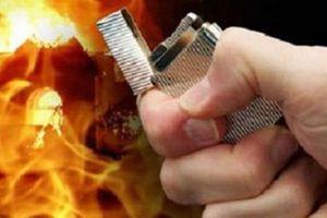 Người đàn ông dùng dao tự tử sau khi đốt nhà, đập phá banh chành