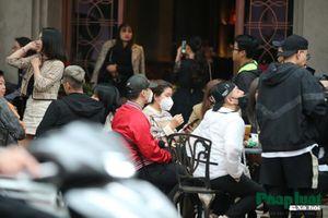 Dịch Corona: Người Hà Nội đeo khẩu trang kín mít uống cafe