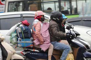 Trời rét đậm, trẻ em được bố mẹ quấn kín mít trở về Thủ đô sau kỳ nghỉ Tết Canh Tý