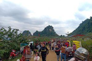 Hàng ngàn người đổ về bình nguyên xanh Khai Trung du xuân