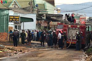 Cháy lớn thiêu rụi một nhà kho lốp xe ô tô cũ ở Lâm Đồng