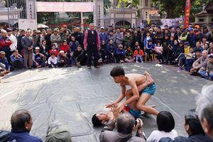 Thanh niên đọ sức tại lễ hội vật làng Mai Động