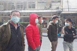 Người dân Thủ đô đồng loạt đeo khẩu trang tại bệnh viện, bến xe, siêu thị