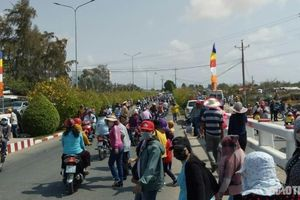 Người dân ùn ùn đi lễ đầu năm, CSGT Bạc Liêu căng mình điều tiết giao thông