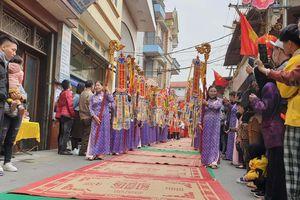 Cả làng trải chiếu hoa ra đường 'xin lộc' Thánh ở La Phù