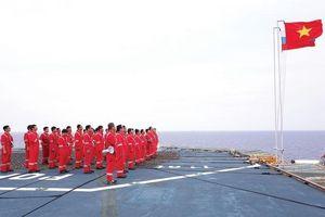 Thiêng liêng lễ chào cờ trên biển đông